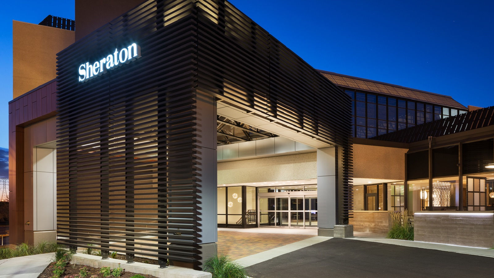 Hotel features l sheraton bloomington hotel for Hotel exterior design